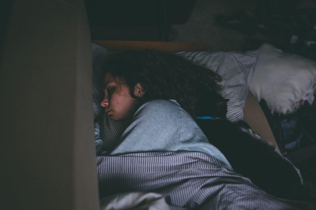 Niedoczynność tarczycy objawia się sennością.